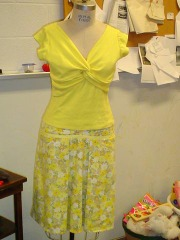 Yellow_summer_outfit_on_mannequin